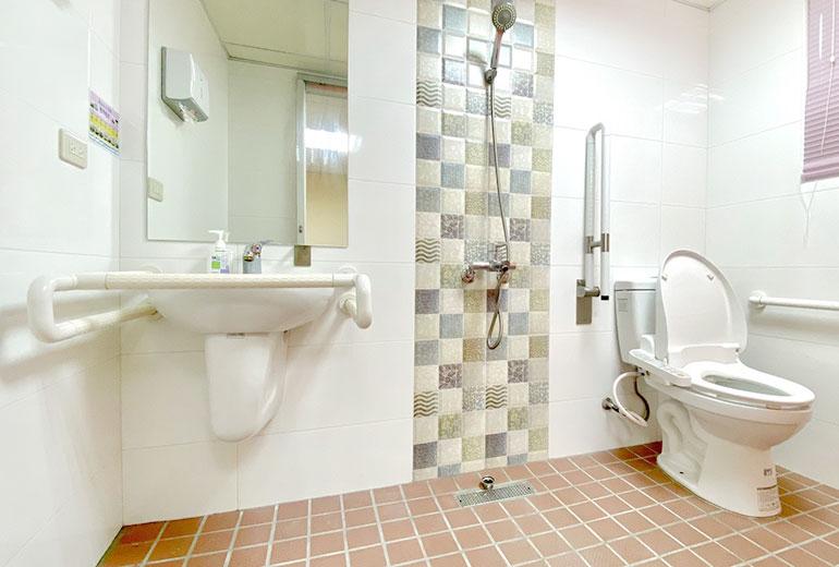樂融長照社團法人附設新北市私立永和住宿長照機構浴室廁所