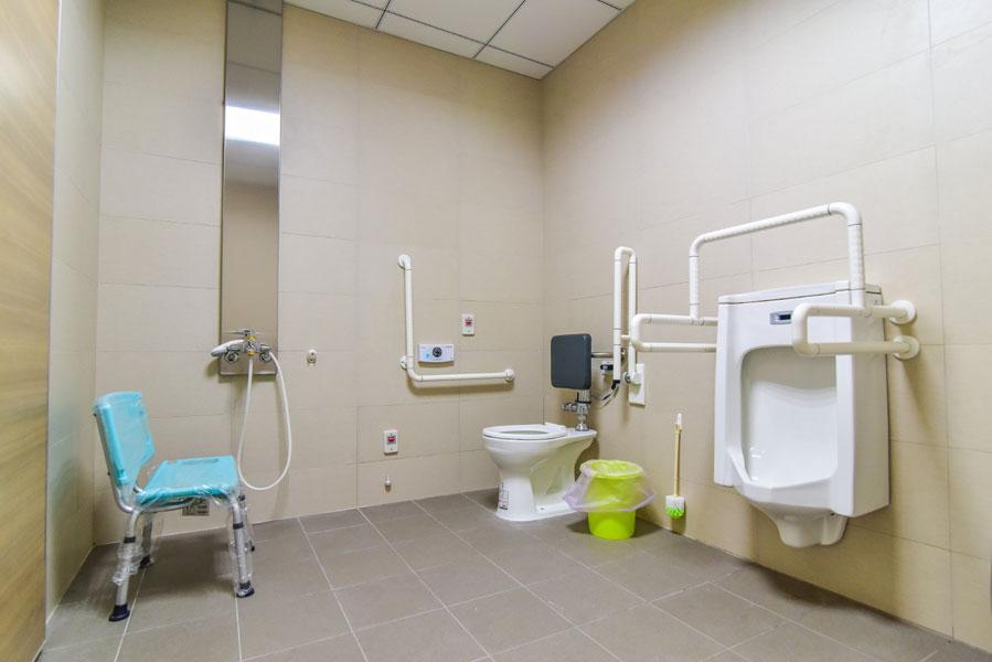 青松健康股份有限公司附設私立烏日綜合長照機構-廁所