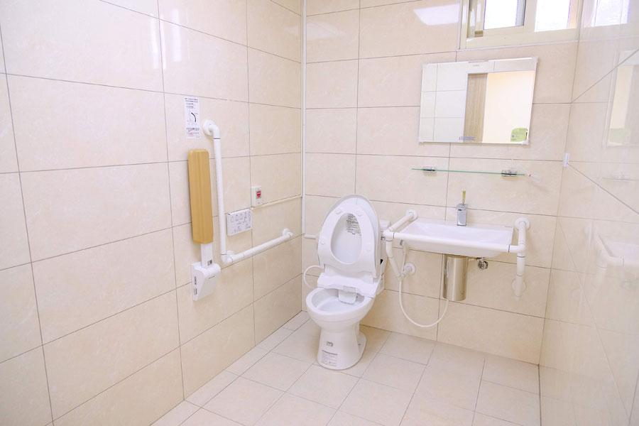青松健康股份有限公司附設私立松竹社區長照機構-廁所