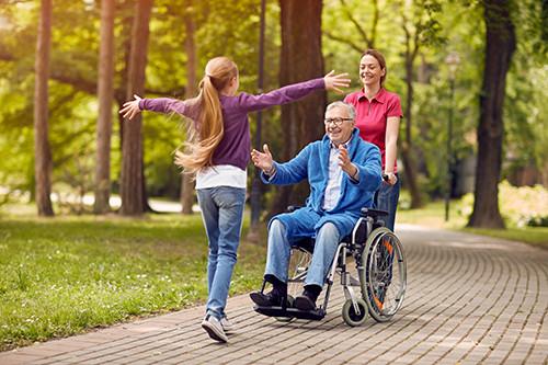 孫女跑向坐輪椅的長輩