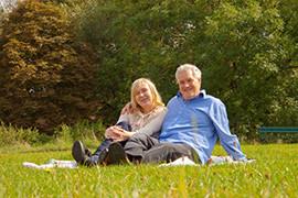 老夫婦坐在草地上