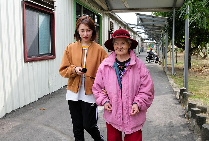 實踐大學同學陪碧珠阿嬤散步